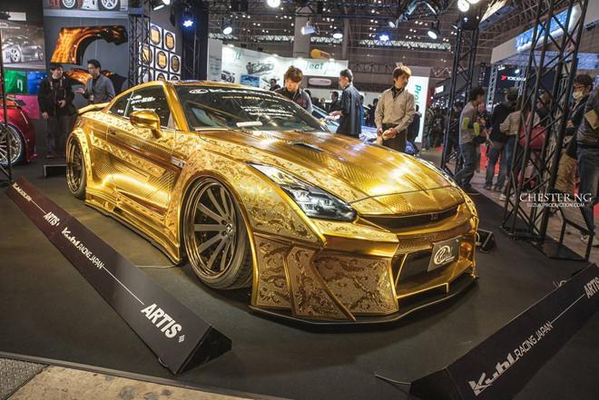Nissan GT-R mạ vàng: Bên cạnh những siêu xe hàng đầu thế giới, giới nhà giàu Trung Đông còn mạ vàng cả ''siêu xe bình dân'' Nissan GT-R. ''Godzilla'' được mạ vàng bởi Kuhl Racing và nghệ nhân Takahiko Izawa đến từ Nhật Bản hoàn thành việc điêu khắc. Biệt danh ''siêu xe giá rẻ'' đến từ việc GT-R sở hữu hiệu suất ấn tượng nhưng lại không gây chú ý về vật liệu cấu thành. Sau khi được mạ vàng, chiếc GT-R có giá lên đến 1 triệu USD. Ảnh: Chester Ng.