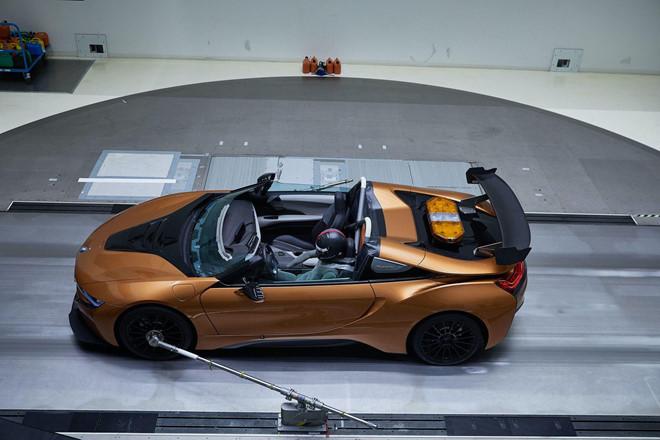 BMW i8 Roadster lột xác thành Safety Car tại giải đua Formula E