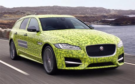 Mẫu Jaguar XF Sportbrake nổi bật với lớp ngụy trang hoa văn bóng tennis màu xanh lá.