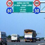 Di chuyển chậm hơn tốc độ tối thiểu, ô tô và xe máy bị phạt bao nhiêu?