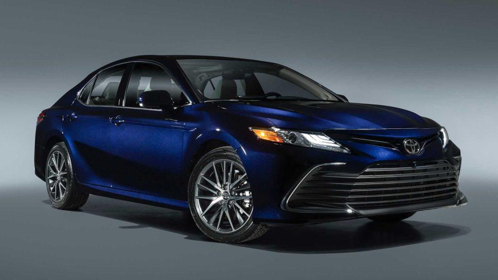 Khám phá chiếc Toyota Camry Hybrid 2021 giá từ 656 triệu đồng