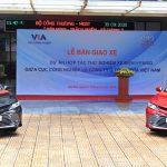 Toyota bàn giao xe Camry Hybrid cho Bộ Công Thương