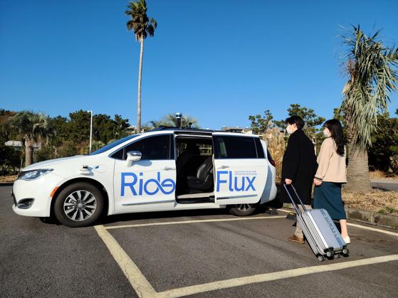 Hành khách di chuyển từ sân bay Jeju về khu nghỉ dưỡng bằng taxi tự hành của SoCar.