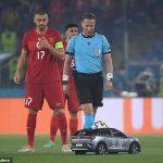 """Cộng đồng mạng """"đảo điên"""" bởi khoảnh khắc chiếc xe chở bóng cho trận mở màn Euro 2020"""