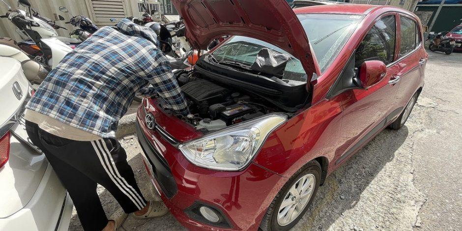Với xe phổ thông ắc-quy thường nằm trong khoang máy, dưới nắp ca-pô.